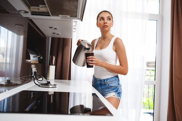 美しい少女はコーヒーを作る