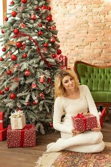 Красивая молодая девушка возле елки