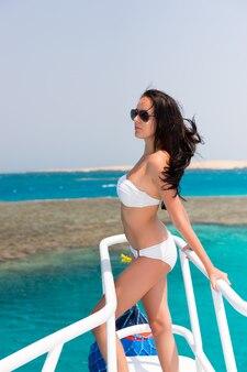 晴れた夏の日にボートに乗って美しい少女