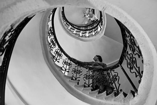 나선형 계단에 아름 다운 젊은 여자. 포도 수확.