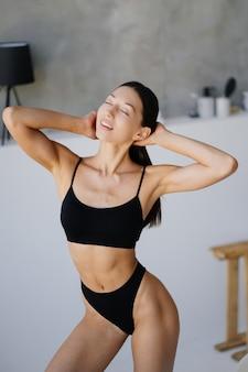 거실에서 란제리 포즈 아름 다운 젊은 여자. 거실에서 패션 초상화 모델입니다.