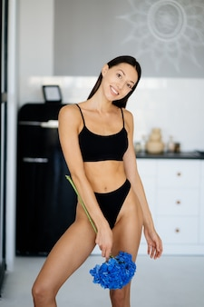 Bella ragazza in posa in lingerie nel soggiorno