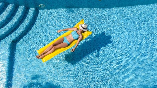 수영장에서 편안한 아름 다운 젊은여자가