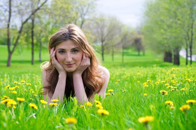 牧草地で休んでいる美しい少女