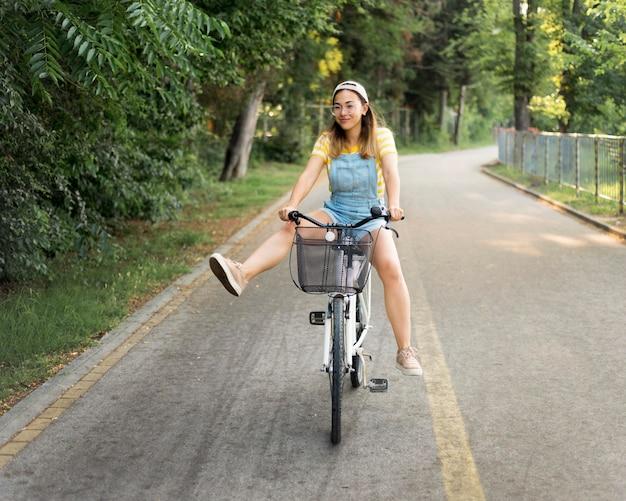 屋外で自転車に乗って美しい少女