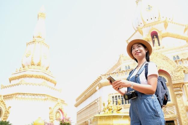 タイのロイエットでパゴダwatchaimongkolロイエットの有名なランドマークを観光する美しい少女