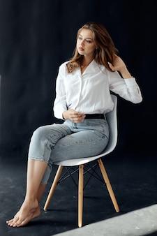 椅子に座って美しい少女