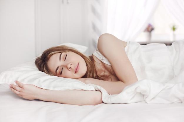 아름 다운 젊은여자가 침대에서 자 고