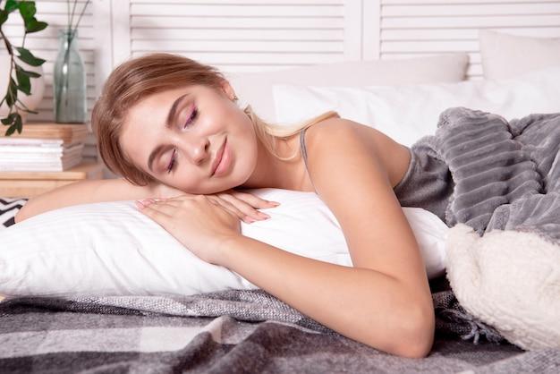 寝室で眠っている美しい少女。