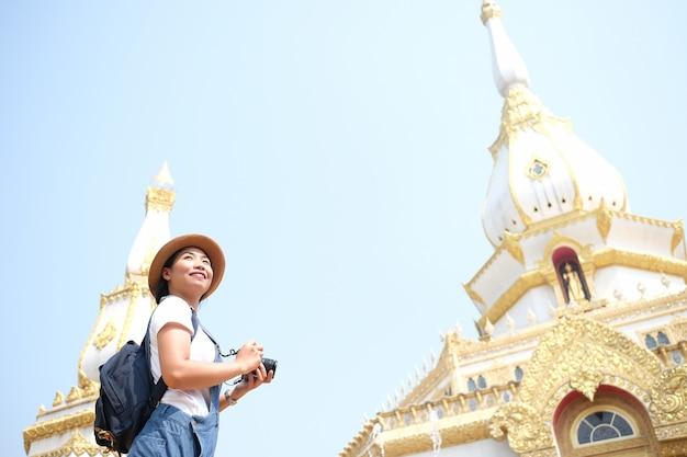 タイの美しい寺院で旅行中の美しい少女観光客