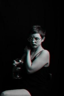 아름다운 젊은 여자가 시도하고 레드 와인을 평가합니다. 글리치 효과가있는 흑백