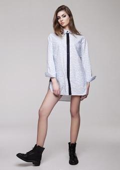 Красивая молодая девушка носить рубашку моды