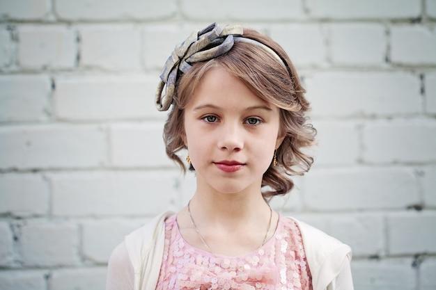 ブロンドの髪を持つ美しい少女。ウエディングヘアスタイル