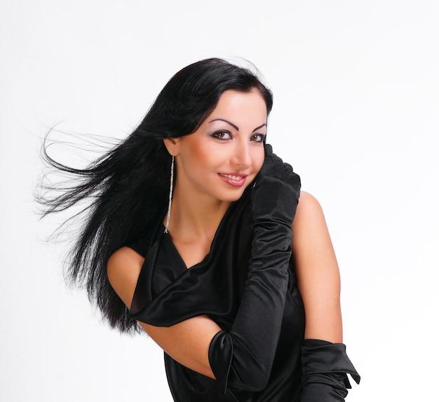 흰색 바탕에 검은 드레스에 머리를 불고 아름 다운 젊은 여자