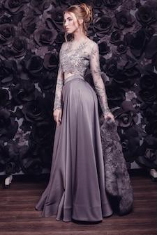 豪華なベージュのドレスを着ている茶色の髪の美しい少女、