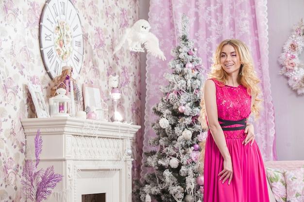 핑크 드레스에 긴 물결 모양의 머리를 가진 아름 다운 어린 소녀