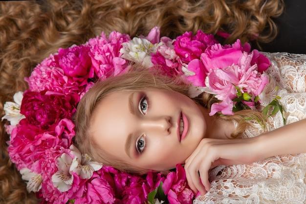 牡丹を持つ美しい少女