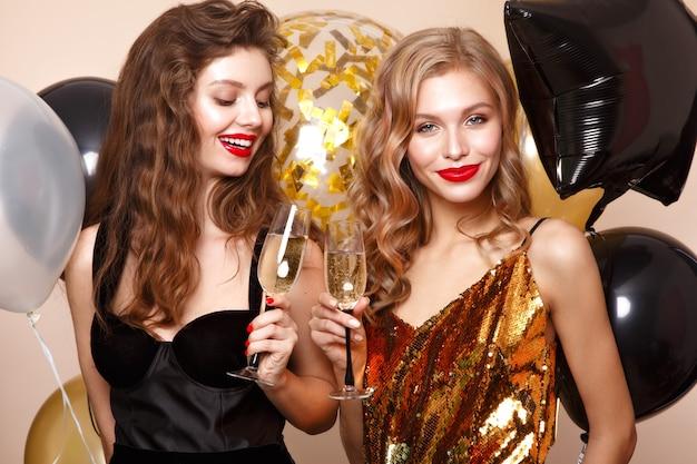축제 풍선과 함께 우아한 이브닝 드레스에 아름 다운 젊은 여자. 아름다움 얼굴입니다. 스튜디오에서 찍은 사진