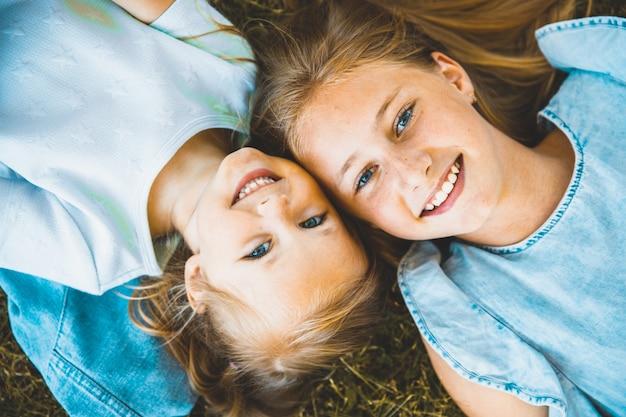 美しい若い女の子が仰向けになっています。上からの眺め