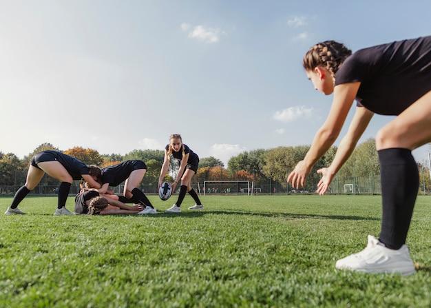 Красивые молодые девушки играют в регби