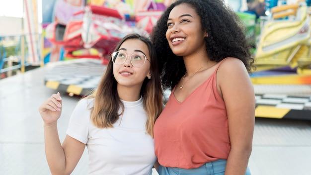 Красивые молодые девушки вместе на открытом воздухе