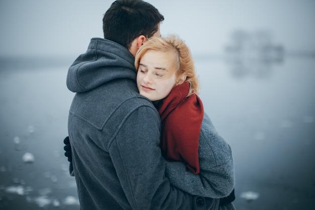 美しい若い幸せなカップル
