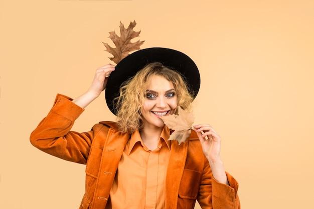 가 잎 가을 판매 패션 여자와 아름 다운 젊은 행복 한 여자에 대 한 잎 패션 트렌드