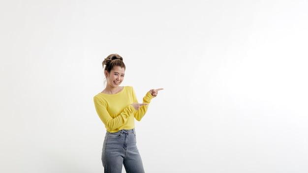 Красивая молодая счастливая женщина, указывая в сторону