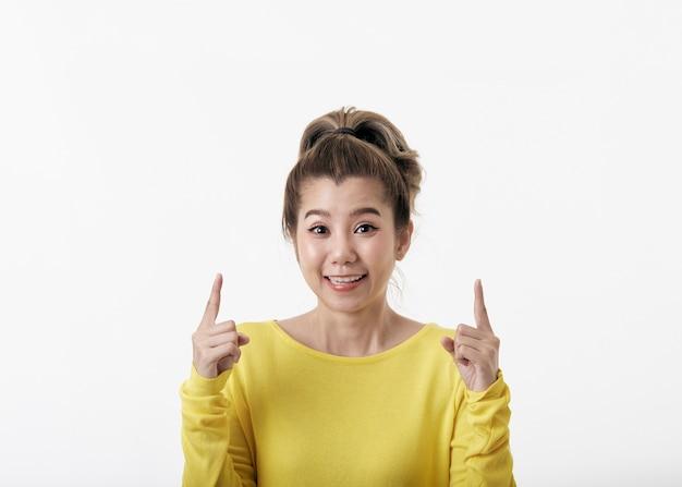 上向きの美しい若い幸せな女性