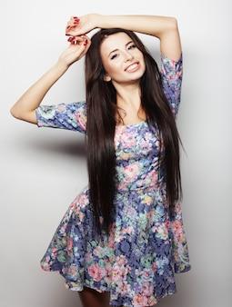 美しい若い幸せな女。 。