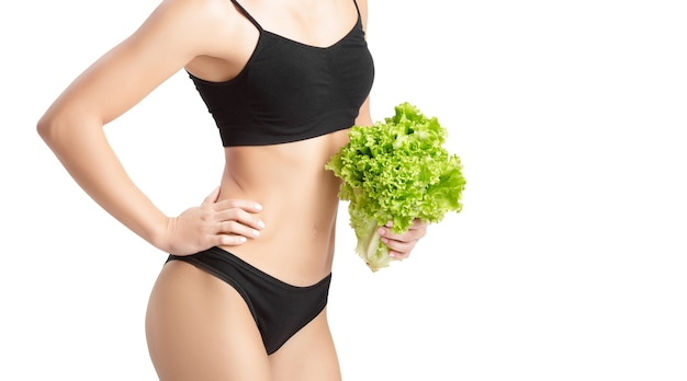 샐러드 잎과 아름 다운 젊은 건강 한 여자. 다이어트와 건강한 식생활