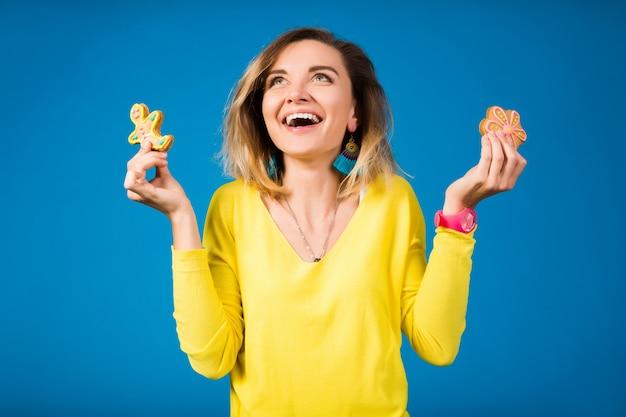 Красивая молодая женщина битник, едят печенье