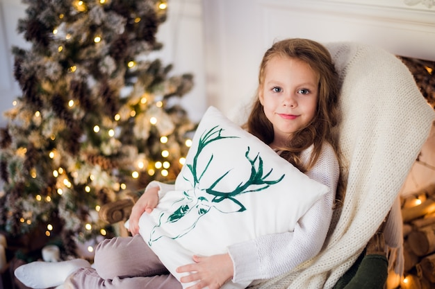 크리스마스 트리에 대 한 담요에 싸여 아름 다운 어린 아이