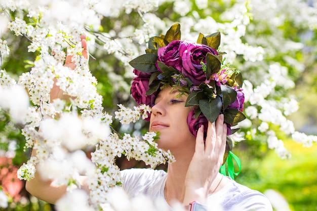 桜の庭の美しいお嬢さん