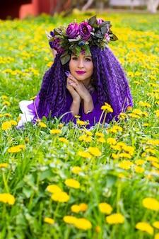 花畑に横たわる美しい若い女性