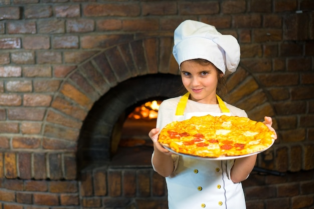 피자와 함께 아름 다운 젊은 어린 소녀