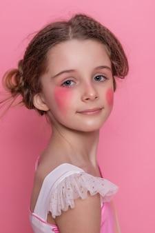 Красивая молодая девочка с длинными волнистыми волосами брюнетки с ярким вечерним макияжем, идеальная летняя загорелая тонкая фигура, одетая в цветное короткое платье