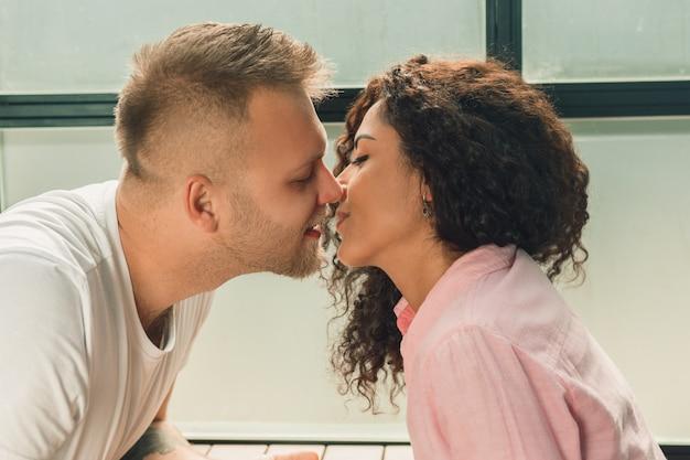 Bella giovane coppia amorosa. uomo e donna innamorati.