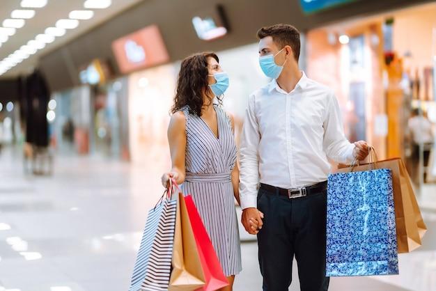 Красивая молодая влюбленная пара, делающая покупки вместе. концепция черной пятницы.