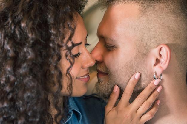 Красивая молодая влюбленная пара