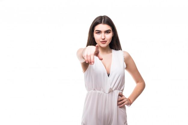カメラの白いショーでモダンな白いドレスで美しい若いモデル
