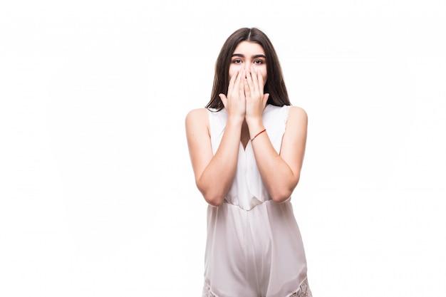 Bello giovane modello in vestito bianco moderno sul segno spaventoso imbarazzato bianco