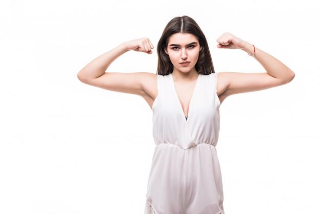 Bello giovane modello in vestito bianco moderno su potere forte bianco