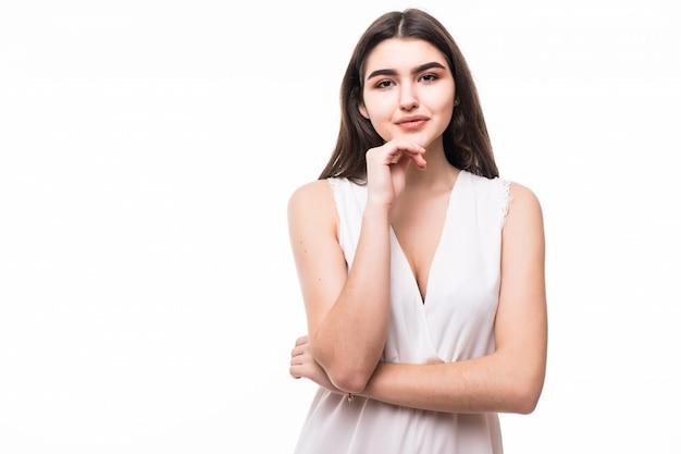 Bello giovane modello in vestito bianco moderno su bianco