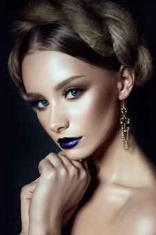 青い唇と美しい若いモデル