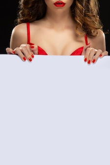 붉은 입술과 빨간 매니큐어와 아름 다운 젊은 모델 잡고 흰색 배너