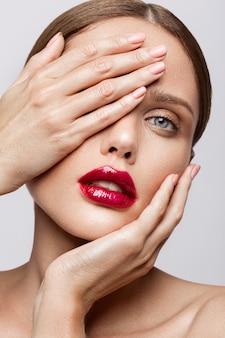 赤い唇と美しい若いモデル