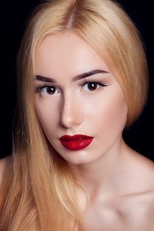 붉은 입술과 빛나는 머리를 가진 아름 다운 젊은 모델 여자