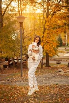 秋の女の赤ちゃんと美しい若いお母さん