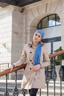 Красивая молодая мусульманская женщина на прогулке